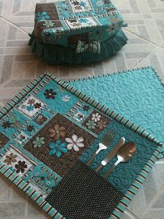 Placemats with pocket. Jg americano e porta pão Table Runner And Placemats, Quilted Table Runners, Mug Rug Patterns, Quilt Patterns, Place Mats Quilted, Tablerunners, Sewing Table, Patch Quilt, Mini Quilts