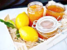 Pikánsan keserédes citromlekvárt készítettem. Nincs benne tartósítószer, csak cukor és maga a gyümölcs. Színe gyönyörű borostyáns...
