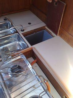 Roskis löysi viimein paikkansa pentterin uumenista. Merellissä waecon jääkaappi on portaiden alla toisin kuin monissa muissa veneissä.
