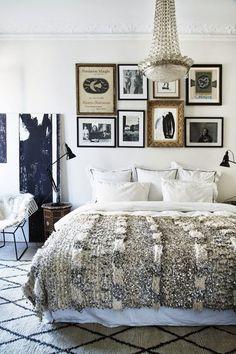 壁にはフォトフレームを飾り、センス良くまとめられたベッドルーム。