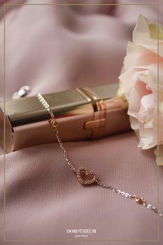 Be my love! Noch kein Valentinstags-Geschenk für die Liebste gefunden? Wer es gerne romantisch hat, kann mit diesem süßen Armkettchen mit funkelndem Herzmotiv nichts falsch machen.