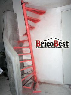 Esta es una escalera de caracol con la base en diagonal, ideal para espacios pequeños Stair Handrail, Staircase Railings, Stairways, Small Staircase, Spiral Staircase, Modern Stairs, Secret Rooms, Loft Design, Steel Structure