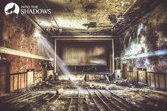 Opuszczone kino Mazur: Zdjęcie przedstawia wnętrze opuszczonego kina w Pabianicach. Stare kino najpierw nazywało się Luna, a później Mazur. Co ciekawe, wciąż uchowało się białe płótno, na którym wyświetlane były filmy. Kino w Pabianicach zostało zamknięte w latach 90'tych i od tego czasu jest opuszczone.