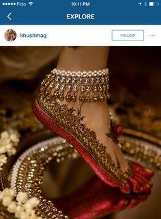 Gorgeous bridal leg mehndi or henna design with altha. Bridal anklet or payal. Mehndi Designs, Jewellery Designs, Tattoo Designs, Designer Jewellery, Fashion Jewellery, Tattoo Henna, Henna Mehndi, Foot Henna, Leg Mehndi