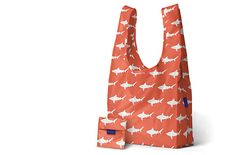 The BAGGU standard tote is our absolute favorite go-to tote, second to none. This lightweight nylon ripstop bag holds up to 50 lbs of weight and is guaranteed f Reusable Shopping Bags, Reusable Bags, Walk In Love, Plastic Grocery Bags, Cloth Bags, Sharks, Hey Gorgeous, Shoulder Sling, Travel Clothing