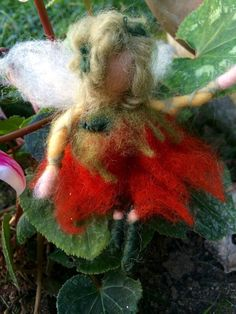 Piccola fatina o elfa in miniatura  Alchechengi di CreazioniMonica
