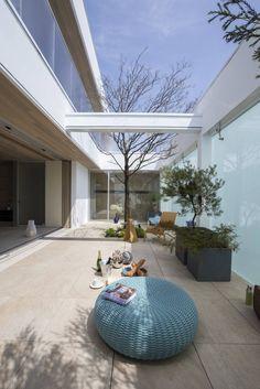 햇빛이 은은하게 흐르는 반야외 거실을 품은 주택 (출처 E.Park)
