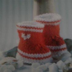 """Layette fait-main, bottes de pluie laine mérinos écrue et orange @ lemarchedufaitmain Pour garder les pieds de bébé bien au chaud voici des petits chaussons style """"bottes de pluie"""" fait main entièrement tricotée aux aiguilles numéro 3,5 ! Vous craquerez..."""
