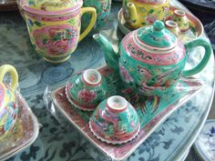 tea set in green