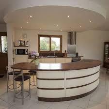 cuisine blanche laquée avec touches de rose dans faux plafond et