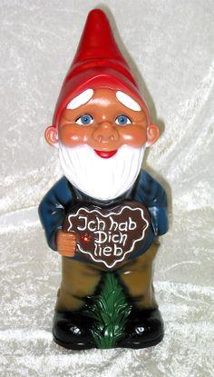 Der Gartenzwerg wünscht alles Liebe zum Valentinstag. Er zeigt dies mit einem süßen Lächeln und einem Lebkuchenherz. www.zwergen-power.com