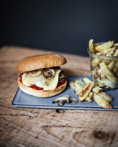 Ein leckers Rezept für alle Raclette-Liebhaber: Cheesburger mit selbstgemachten Fries aus dem Ofen! #food #recipe #fries #burger #recipes #rezept #rezepte #frites #raclette #käse #cheese #foodphotography #kartoffeln #selbstgemacht #hausgemacht