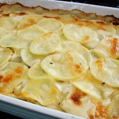Thinly sliced potatoes and onion are layered in a creamy cheese sauce creating the perfect au gratin potato recipe. Potato Gratin Recipe, Potatoes Au Gratin, Potato Recipes, Potatoe Gratin, Food Wishes, Potato Side Dishes, Cooking Recipes, Healthy Recipes, Food Videos