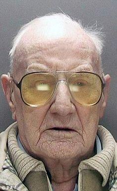 Ông Clarke bị tuyên án khi 101 tuổi. Ralph Clarke là người già nhất nước Anh phải ngồi tù sau khi bị cáo buộc lạm dụng tình dục trẻ em từ năm 1974 đến 1983. Ông năm nay 101 tuổi và sẽ bị giam 13 năm trong tù. Theo tờ Daily Mail, chắc chắn ông Clarke sẽ không có cơ hội sống tới ngày hưởng thụ tự...  http://cogiao.us/2016/12/20/cu-ong-101-tuoi-ngoi-tu-13-nam-vi-lam-dung-tinh-duc/