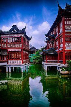 Der Yuyuan Garten mitten in der Altstadt von Shanghai präsentiert die hervorragende Gartenbaukunst von China.