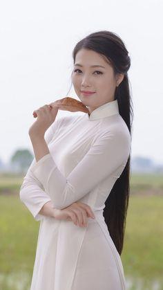 Visit My Website Here>> Vietnam Girl, Beautiful Asian Women, Beautiful Ladies, Ao Dai, Beauty Women, Asian Beauty, Long Hair Styles, Respect, Vietnamese Clothing