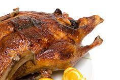 Kachna upečená v troubě na kostičkách anglické slaniny, ochucená pepřem, solí a usušenou mateřídouškou, servírovaná obložená kuličkami hroznů. Pork, Turkey, Chicken, Cooking, Health, Guide, Tips, Kale Stir Fry, Kitchen