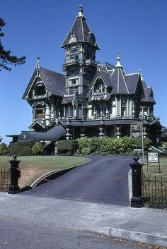 in Northern CA Victorian - Carson Mansion in Eureka CA (Oh, where is Harold Walther when you need him?)Victorian - Carson Mansion in Eureka CA (Oh, where is Harold Walther when you need him? Old Mansions, Abandoned Mansions, Abandoned Houses, Old Houses, Mansions Homes, Architecture Cool, Victorian Architecture, Beautiful Buildings, Beautiful Homes