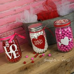 Mason Jar Crafts – How To Chalk Paint Your Mason Jars - Armonth Wine Bottle Crafts, Mason Jar Crafts, Mason Jar Diy, Chalk Paint Mason Jars, Painted Mason Jars, Diy Hanging Shelves, Floating Shelves Diy, Diy Home Decor Projects, Diy Projects To Try