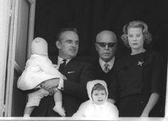 Ranieri di Monaco (al centro) con il figlio Alberto, Grace Kelly e Caroline nel 1959.