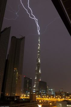The tallest building in the world being struck by lightning - Imgur