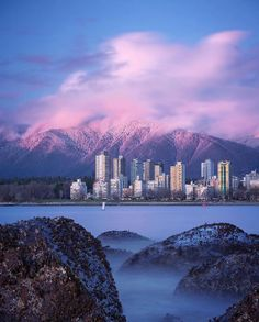 Travel tip: Kitsilano Beach in Vancouver, Canada - Last Minute Travelling Vancouver Photography, Vancouver Photos, Vancouver Island, Travel Photography, Landscape Photography, Adventure Aesthetic, Travel Aesthetic, Places To Travel, Places To Go