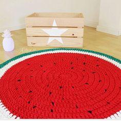 🍉🍉🍉🍉🍉 {inspiração} fofa e divertida #bomdomingo #fiodemalha #crochê #crochet #tapete #alfombra #carpete #tapetedecroche #melancia #magali #trapillo #yarn #decor #decoracao #decoraçãoinfantil #decordivertida #criativo #kidsroom #handmade #artesanal #tendência #compredequemfaz #boatarde #quartodemenina #inspiration From @artesesa