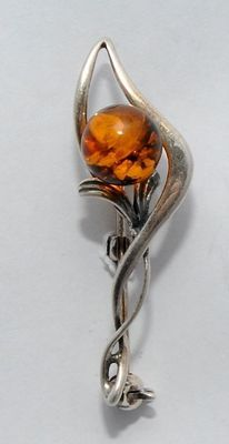 SILVER FLOWER BROOCH WITH AMBER STONE