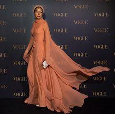 Here's a roundup of this week's best modest fashion looks. Elegant Dresses, Beautiful Dresses, Muslim Women Fashion, Hijab Fashionista, Street Hijab Fashion, Modesty Fashion, Expensive Clothes, Dubai Fashion, Women's Fashion