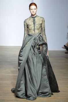Yiqing Yin Fall Couture 2013 Full back skirt with smooth sleeves and modest neck Yiqing Yin, Beautiful Dresses, Nice Dresses, Ethnic Fashion, Woman Fashion, Couture Fashion, Runway Fashion, High End Fashion, Couture Collection