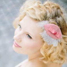 noni - Amelie- Headpiece Minipillbox mit Federn und kleiner Schleife in rosé.