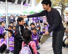 [ J1:第7節 広島 vs F東京 ] 試合前のイベントで、昨年まで広島で活躍していた中島浩司さんのトークショーがありました。ショーの終わりには、中島さんから自らが立ち上げた会社(株式会社ベアフット)のTシャツをプレゼントする一幕も。  4月12日(土)J1 第7節 広島 vs F東京(19:00KICK OFF/Eスタ)チケット販売はこちらリアルタイムスコアボード  2014年4月12日(土):エディオンスタジアム広島