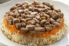 Kuzu eti, soğan, havuç, haşlanmış nohudun her katına ayrı bir tat verdiği etli, havuçlu pilav tarifini ana yemek olarak misafirlerinize hazırlayabilirsiniz.