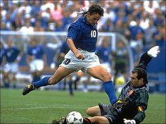 Roberto Baggio elude a Andoni Zubizarreta, Italia elimina a España de la Copa Mundial de 1994