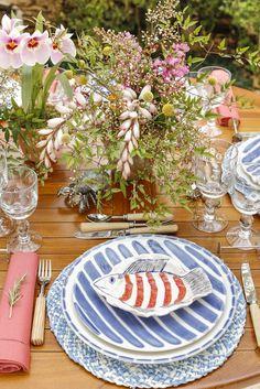 Cada prato é diferente do outro o que possibilita várias combinações. Na foto abaixo, por exemplo, além do sousplat e do prato raso da Coleção, usamos o prato de aperitivo em formato de peixe para a entrada.