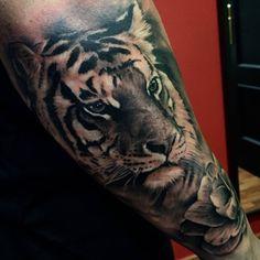 Tatuaje de estilo black and grey de un tigre situado en el...