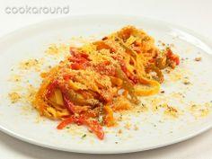 Tagliatelle ai peperoni Un sugo molto deciso e saporito per questo piatto di tagliatelle: peperoni, acciughe e pangrattato, amalgamati insieme con un po' di pomodoro, creano un condimento che si lega molto bene alla superficie ruvida della pasta.
