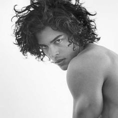 Bruce Weber knows a thing or two about male beauty, so when he champions a model… Long Curly Hair, Wavy Hair, Tousled Hair, Men's Hair, Medium Hair Styles, Curly Hair Styles, Corte Long Bob, Textured Haircut, Full Weave