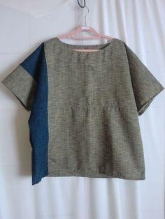 石田美佐枝の「着物リメイク ブラウス」。iichiはハンドメイド作品のマーケットプレイスです。雑貨、アクセサリー、財布、かばん、ケース、洋服など、作家の手仕事品を安全に出品・販売・購入することができます。この作品は2015年12月20日に出品されました。(ID: 740297) Sewing Patterns, Sewing Ideas, Kimono, Tees, Clothes, Clothing Ideas, Dresses, Craft, Style