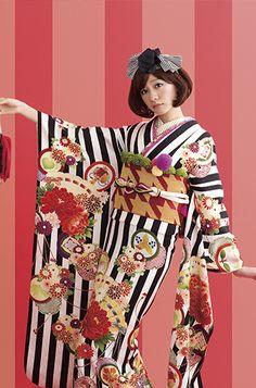 広島・呉の成人式は「イシタニ」で!新作振袖多数展示中 Yukata Kimono, Kimono Japan, Kimono Dress, Japanese Kimono, Japanese Girl, Kimono Style, Geisha, Modern Kimono, Japanese Costume