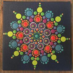 Esta pintura original es traer un poco de color en su casa. Pintada un punto en un momento, esta pieza es amorosamente artesanalmente utilizando pinturas acrílicas vibrantes, de alta calidad. Cada pintura en Katie firmada en escritura hindú hermosa.  La lona es aproximadamente 4 x 4 un poco menos de 1/8 de espesor.  Nota: debido a la aplicación del espesor de la pintura, pueden aparecer burbujas de aire en los puntos, agregando un hermoso efecto de textura. También cuenta, colores de la ...