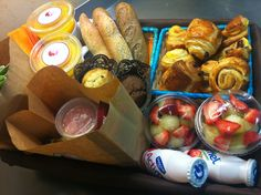 Desayuno sorpresa Breakfast Basket, Breakfast Items, Food Gift Baskets, Lunch Meal Prep, Candy Bouquet, Cakes And More, Food Truck, Catering, Healthy Snacks