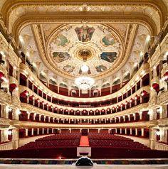 Teatro de Ópera y Ballet de Odessa    Teatro de Ópera y Ballet de Odessa  Este espectacular recinto cultural abrió sus puertas en el año de 1800 en Odessa, Ucrania. Este es uno de los teatro más importantes de Europa del este.    Alexander Levitsky