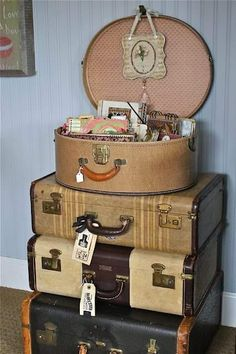 Junk Gypsy home decorating w/vintage suitcases Vintage Suitcases, Vintage Luggage, Old Luggage, Samsonite Luggage, Luggage Sets, Travel Luggage, Gypsy Home, Old Trunks, Antique Trunks