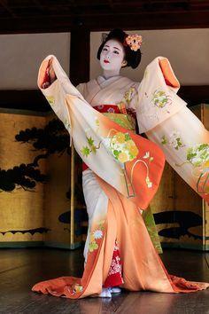 Flowing sleeves of maiko Katsuna-san's pretty kimono! Geisha Japan, Geisha Art, Japanese Geisha, Japanese Beauty, Japanese Kimono, Japanese Art, Furisode Kimono, Yukata, Martial