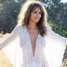 What Halle Berry Does to Make 50 Look Like 30 Beautiful Celebrities, Beautiful Actresses, Halle Berry Hot, Halle Berry Pixie, Halle Berry Style, Sexy Bluse, Tumbrl Girls, Beautiful Black Women, Celebrity Bikini