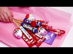 Candy Bouquet Diy, Valentine Bouquet, Diy Bouquet, Christmas Card Crafts, Christmas Gift Baskets, Diy Food Gifts, Homemade Gifts, Valentine Baskets, Valentine Gifts