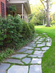 To Lay A Slate Walkway For Instant Cottage Curb Appeal How to lay a slate walkway.How to lay a slate walkway. Slate Walkway, Slate Patio, Flagstone Walkway, Front Walkway, Slate Garden, Diy Terrasse, Lawn Edging, Gras, Diy Patio