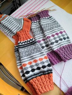 Knitting Socks, Knit Socks, Fingerless Gloves, Arm Warmers, Diy And Crafts, Fashion, Stockings, Mittens, Moda