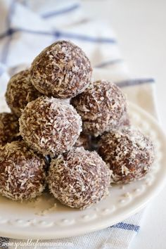 Raw chocolate balls - guilt free chocolate treats. #dessert #healthy #chocolate #raw www.sprinkleofcinnamon.com
